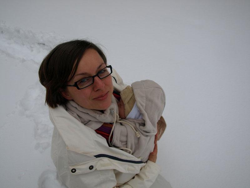 Mikołaj z mamą otuleni oslonką polarową Hoppediz